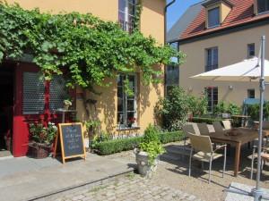 Mediterraner Weinhof mit wildem Wein