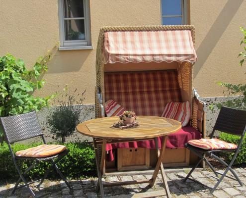 Gemütlicher Strandkorb spendet Schatten im Weinhof
