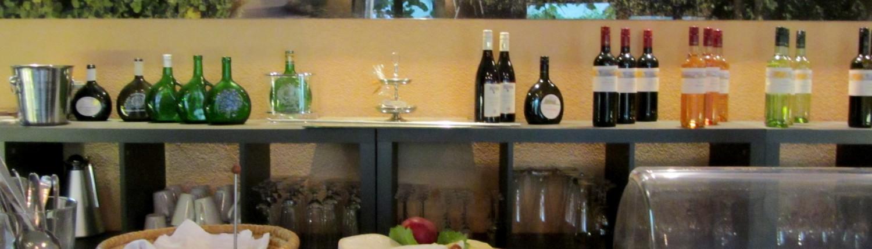 Frühstücksbuffet im Frühstücksraum Joghurt, Obstsalat, gekochte Eier, verschiedene Käsesorten