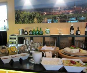 Frühstücksbuffet im Frühstücksraum, verschiedene Müsli- und Käsesorten, Joghurt, Obstsalat