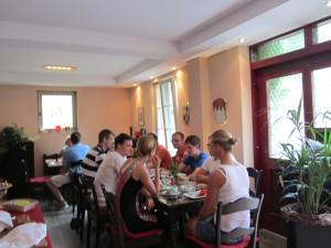 Gästegruppe beim Frühstücken