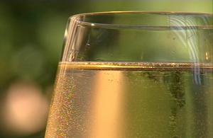 gefülltes Weißweinglas in Nahaufnahme