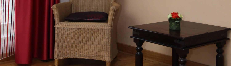 Sitzgelegenheit und Beistelltischchen in einem Doppelzimmer